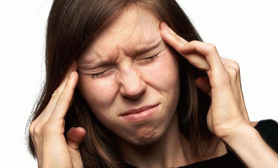 Женщина, страдающая головной болью
