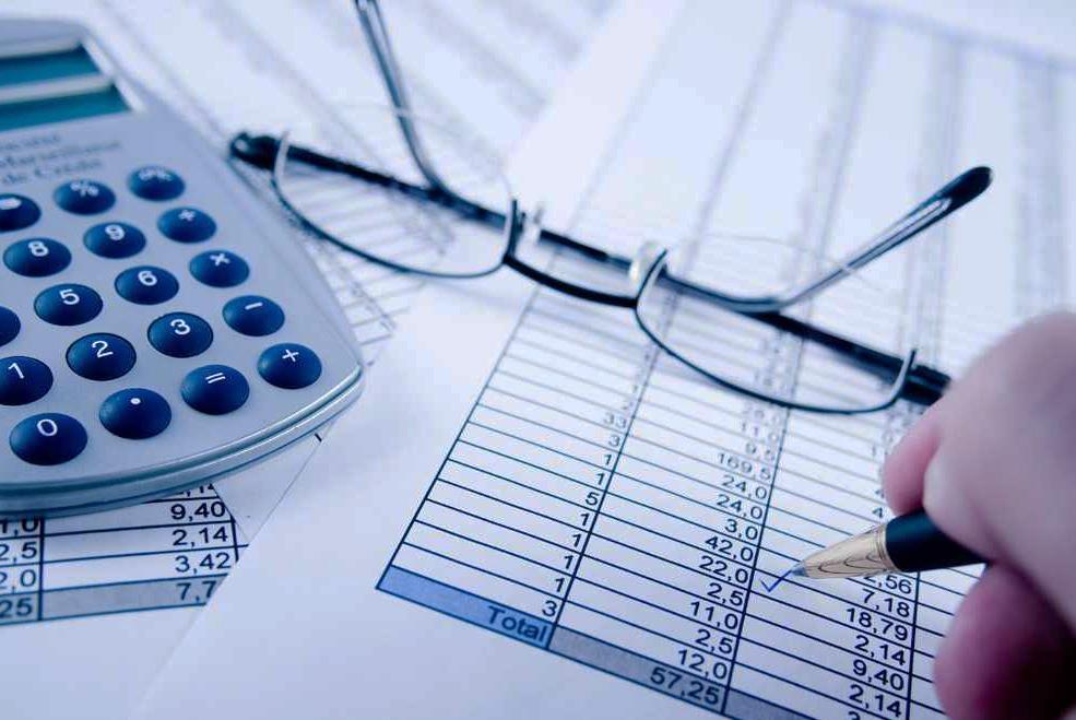Калькулятор, очки, таблица с расчётами