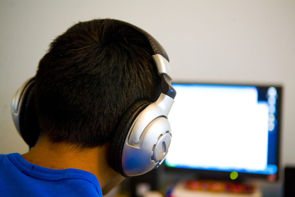 Мужчина в наушниках у компьютера