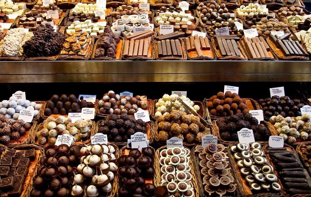 Разный шоколад на прилавке