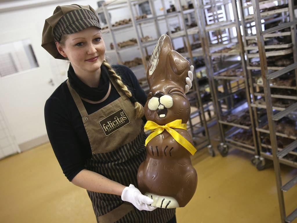 Шоколадный заяц в руках у девушки