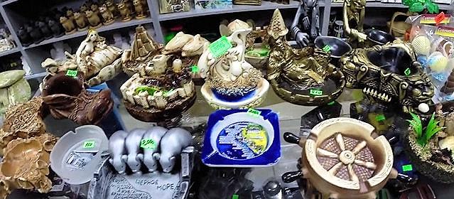 Сувениры с морской тематикой на прилавке