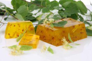 Мыло ручной работы с цветками лекарственных растений