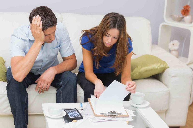 Молодой человек и девушка просматривают документы
