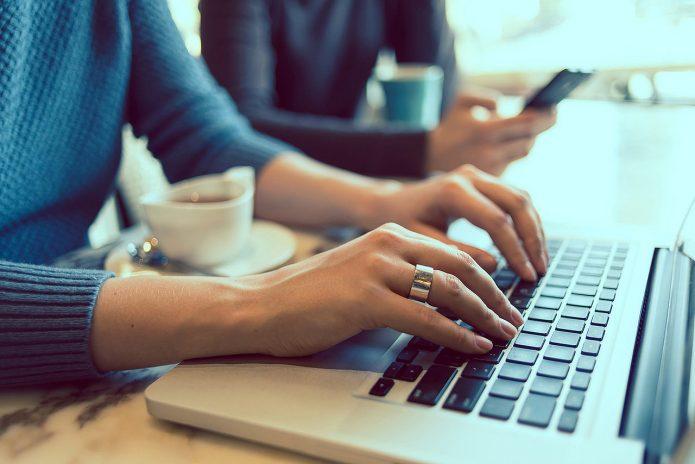 Женщина печатает на ноутбуке