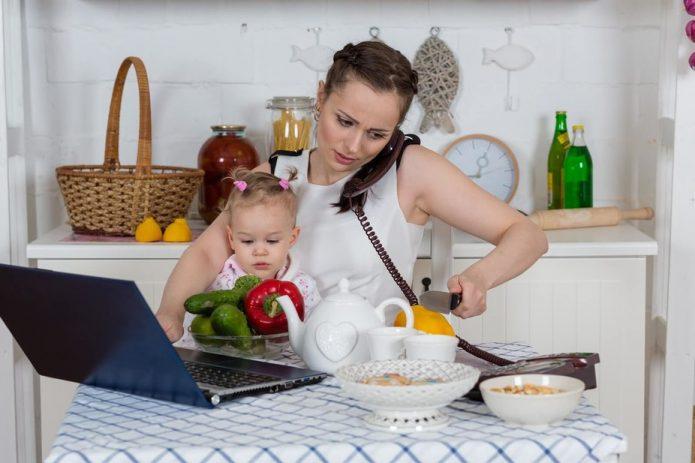 Мама с ребёнком дома, мама параллельно готовит и работает