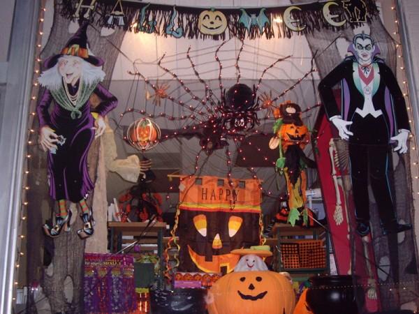 Оригинальное оформление витрины на Хэллоуин