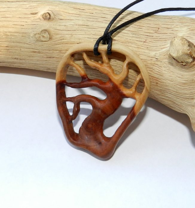 Деревянный кулон
