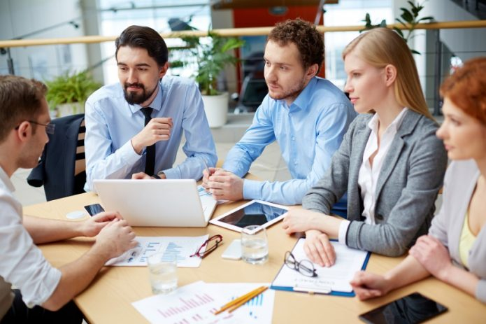 Группа людей обсуждают проект