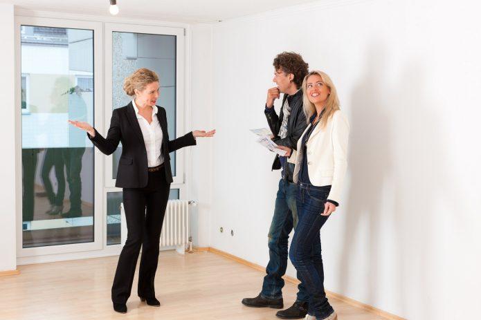 Агент по недвижимости с клиентами