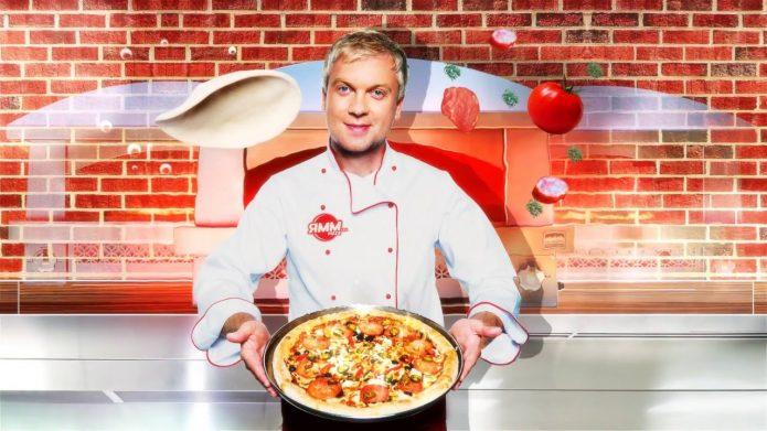 Сергей Светлаков держит пиццу