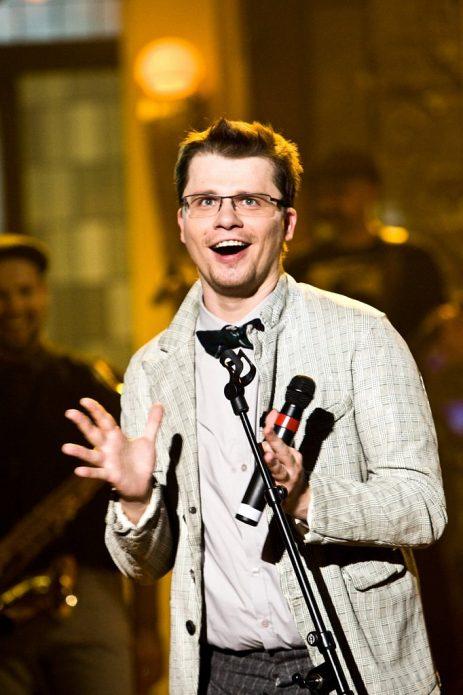 Гарик Харламов с микрофоном