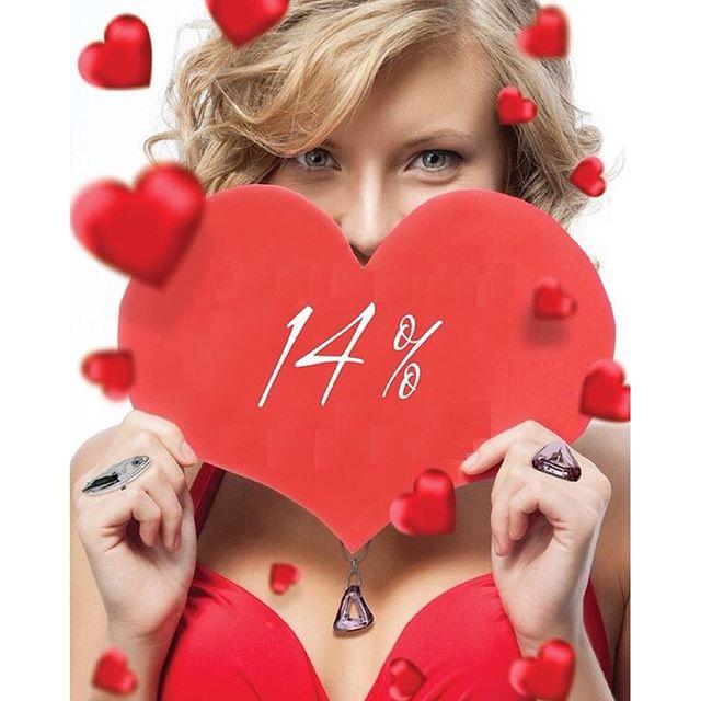 Девушка держит фигурку в форме сердца