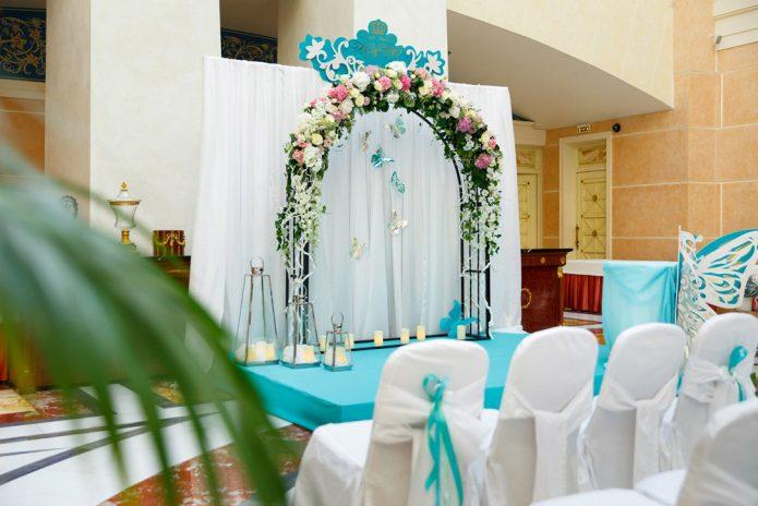 Зал, оформленный для шуточной регистрации браков