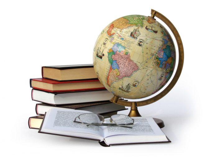 Глобус, книги и очки
