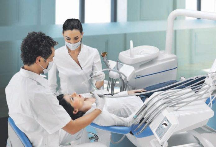 Стоматолог и его ассистент