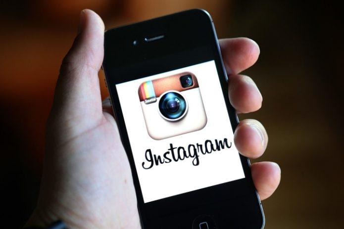 Логотип Инстаграма на экране смартфона