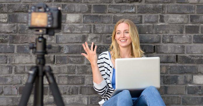 Девушка снимает себя на видеокамеру