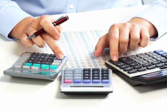 Три калькулятора на столе
