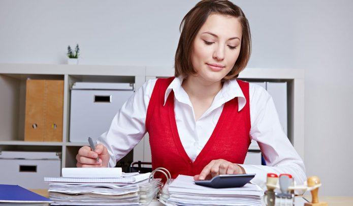 Девушка с калькулятором и папками