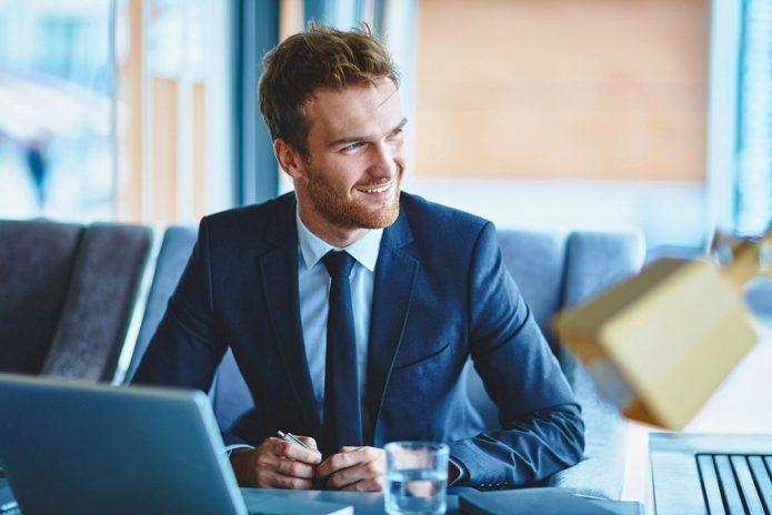 Мужчина в деловом костюме за столом
