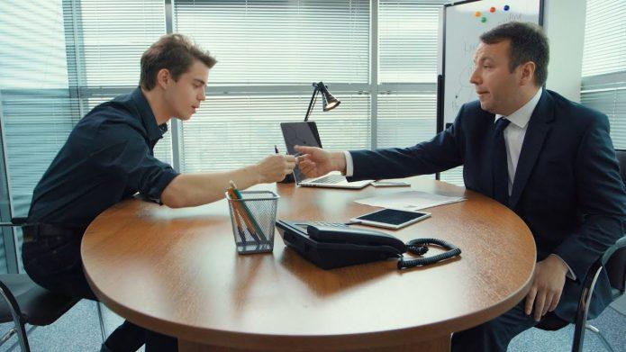 Двое мужчин за столом