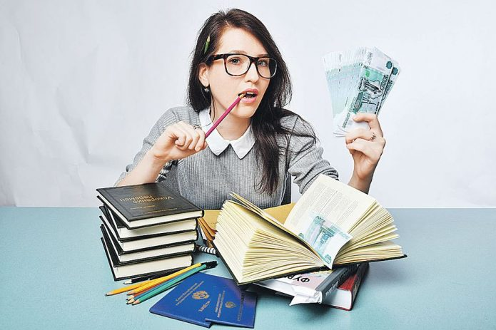 Девушка с учебниками и деньгами