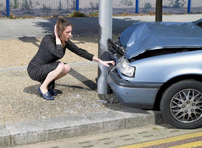 Девушка у разбитой машины