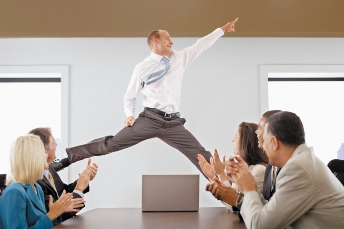 Успешный сотрудник перед коллегами