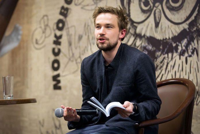 Александр Петров с микрофоном