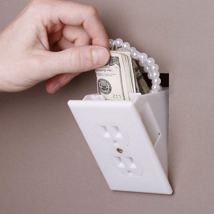 прятать деньги в розетку