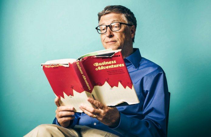 Билл Гейтс с книгой