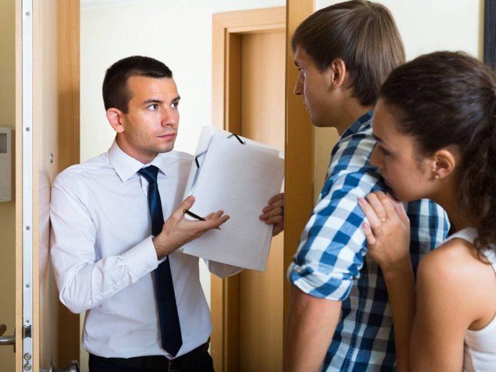 В дверях квартиры представитель кредитора