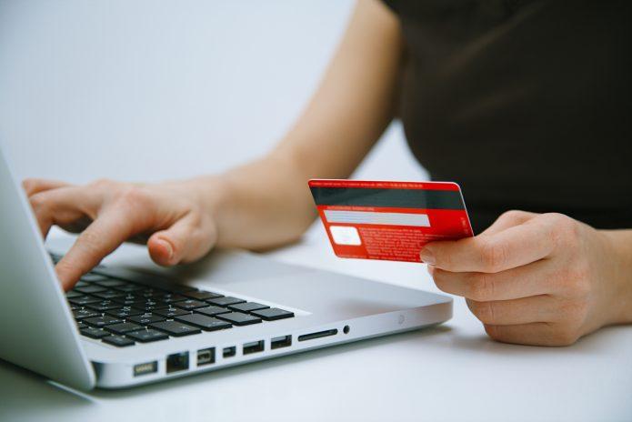Девушка перечисляет деньги с банковской карты