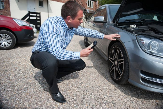 Мужчина осматривает машину