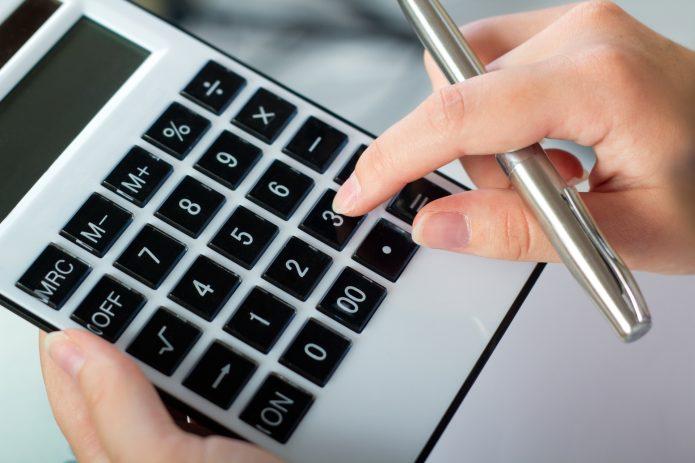 Рука с калькулятором