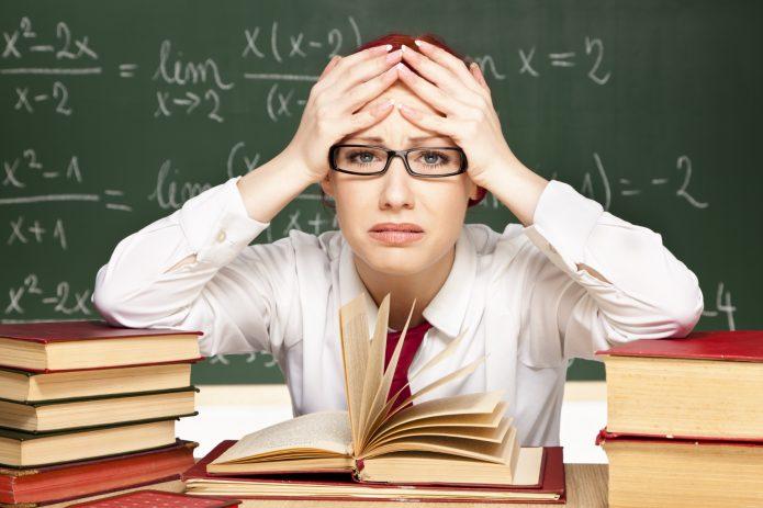 Учитель держится за голову