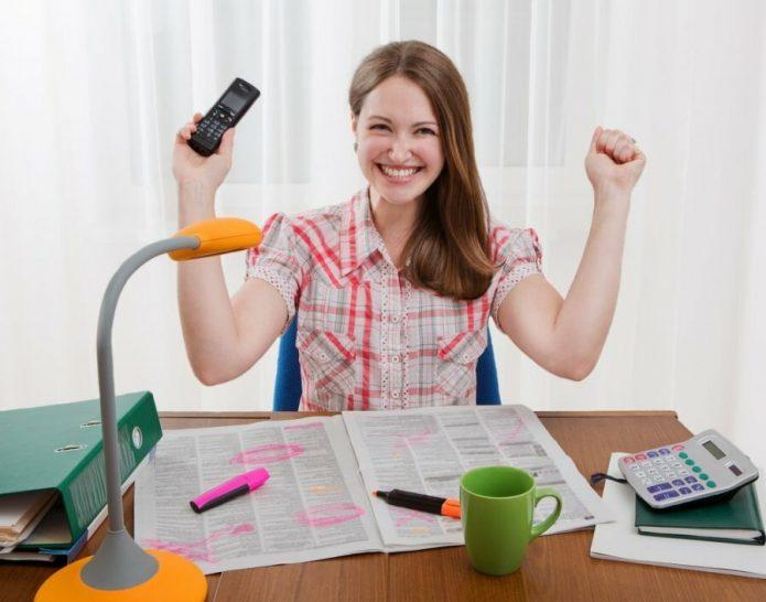 Девушка с мобильным телефоном ищет работу