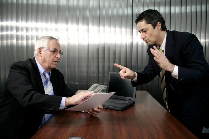 Начальник рассматривает заявление подчинённого