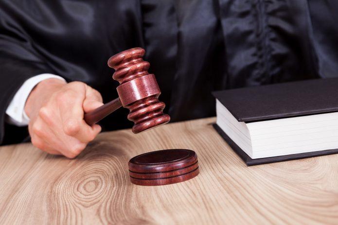 Рука судьи с молотком