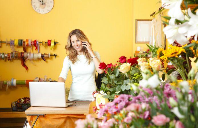 Девушка продаёт цветы