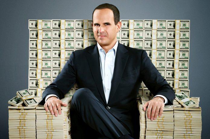 Мужчина на троне из денег