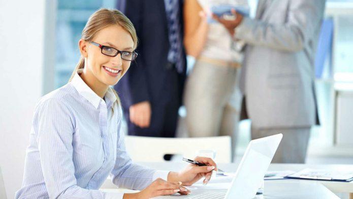 Девушка за столом в офисе
