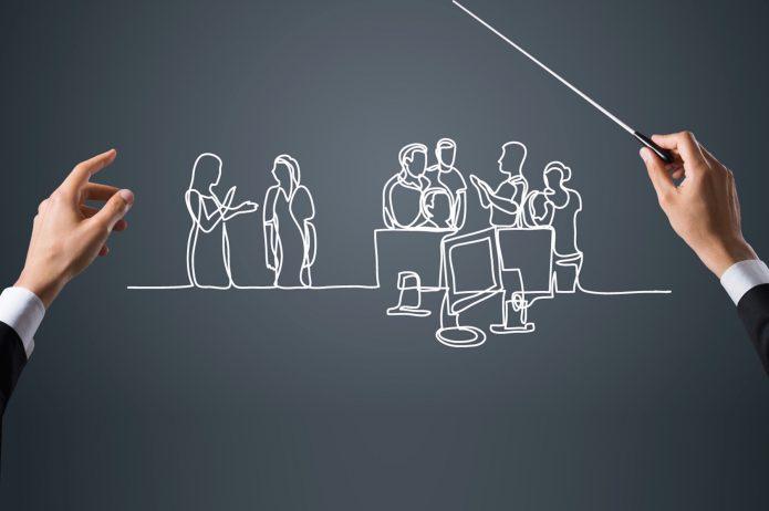 Офисные работники нарисованы на доске