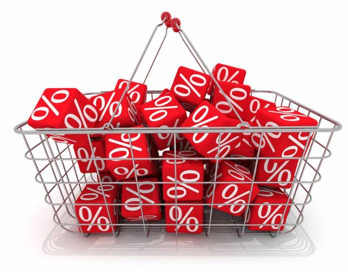 Магазинная корзинка с кубиками, на которых нарисованы проценты