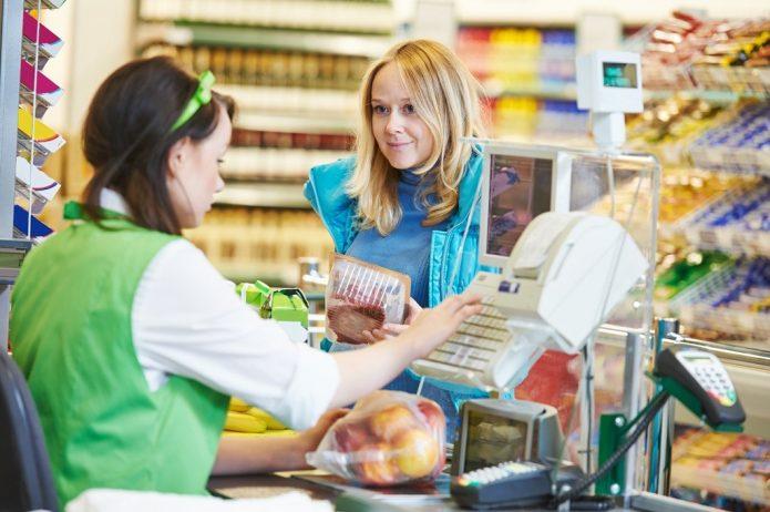 Покупатель с продуктами на кассе