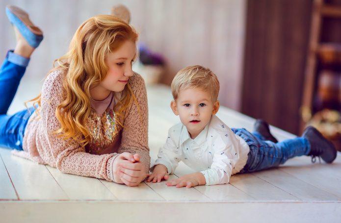 Сидеть с младшим ребёнком