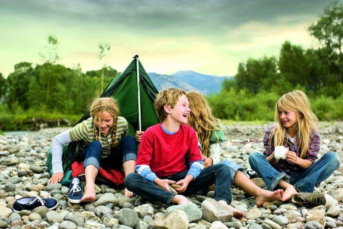 Дети на привале в туристическом походе