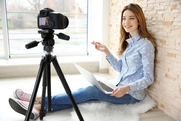 Девушка ведёт съёмку для блога