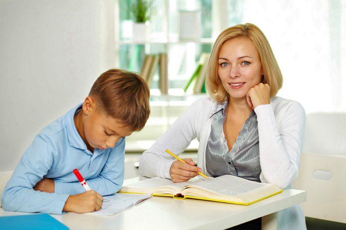 Учитель занимается с мальчиком